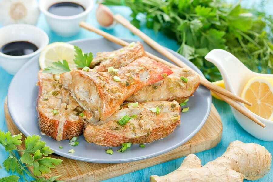Bord met gebakken vis