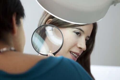 Arts bekijkt de huid van een vrouw