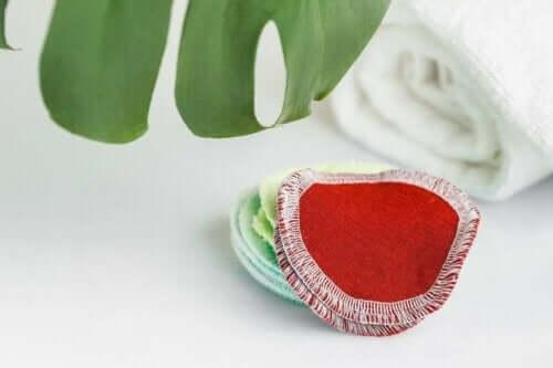 Gekleurde make-up remover pads