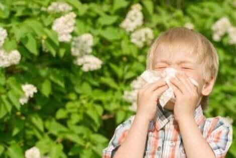 Jongetje heeft last van pollenallergieën