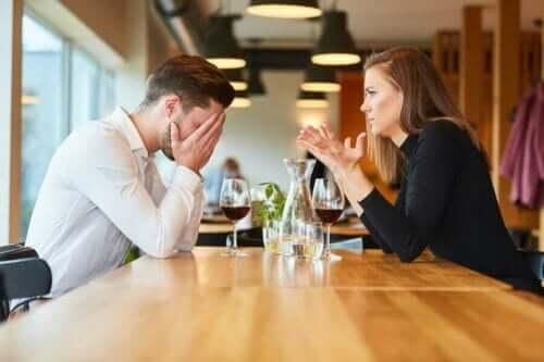 De angst voor verlating in romantische relaties resulteert vaak in ruzie