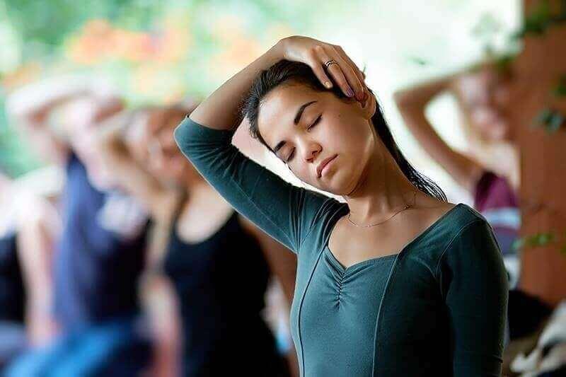 Vrouw stretcht haar nek
