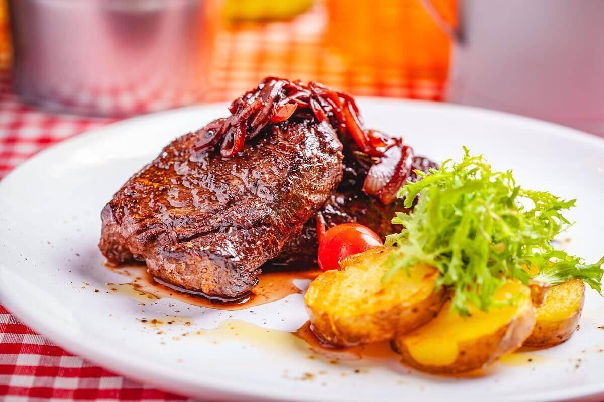 Bord met vlees en aardappels