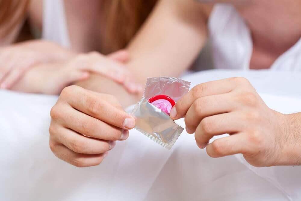 Man opent een condoom