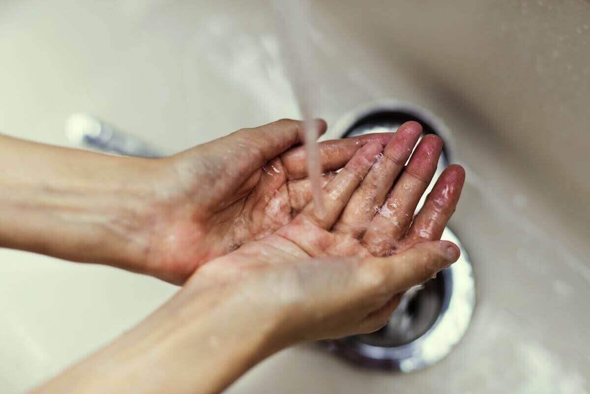 Handen onder stromend water