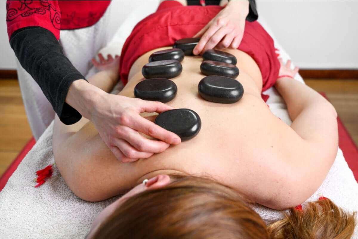 Vrouw krijgt een hot stone massage