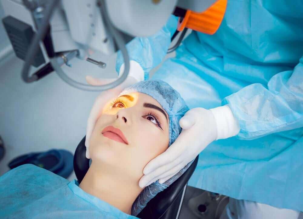 Vrouw krijgt een laserbehandeling