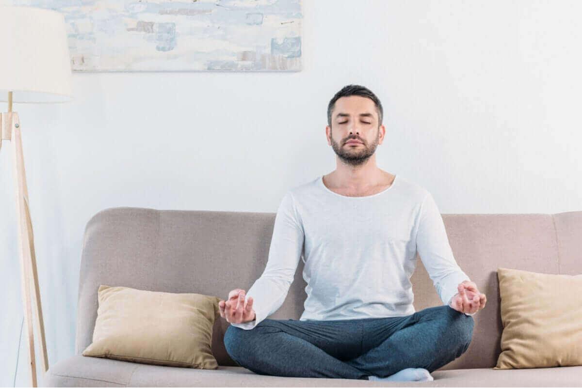 Man zit te mediteren