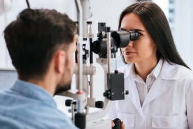 Man krijgt een oogonderzoek