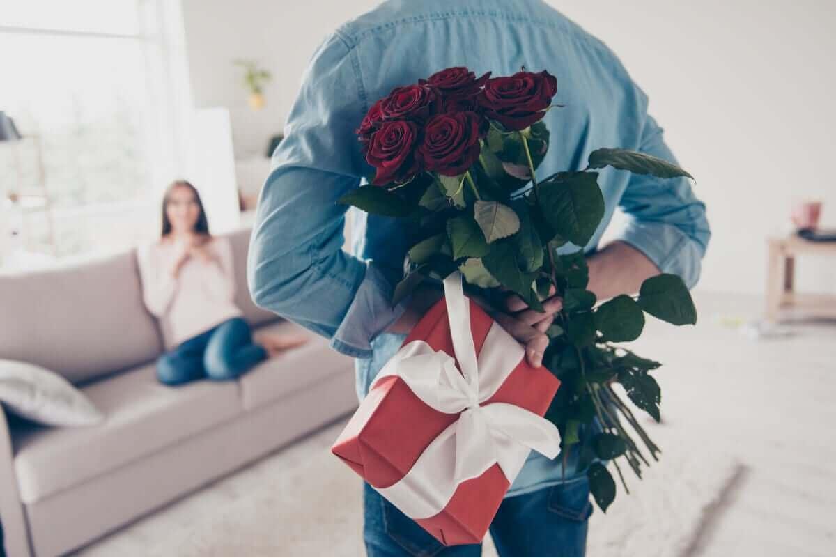 Man heeft bosje bloemen voor zijn vrouw