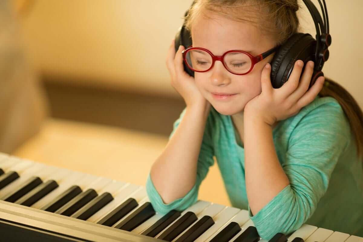 Meisje zit muziek te luisteren