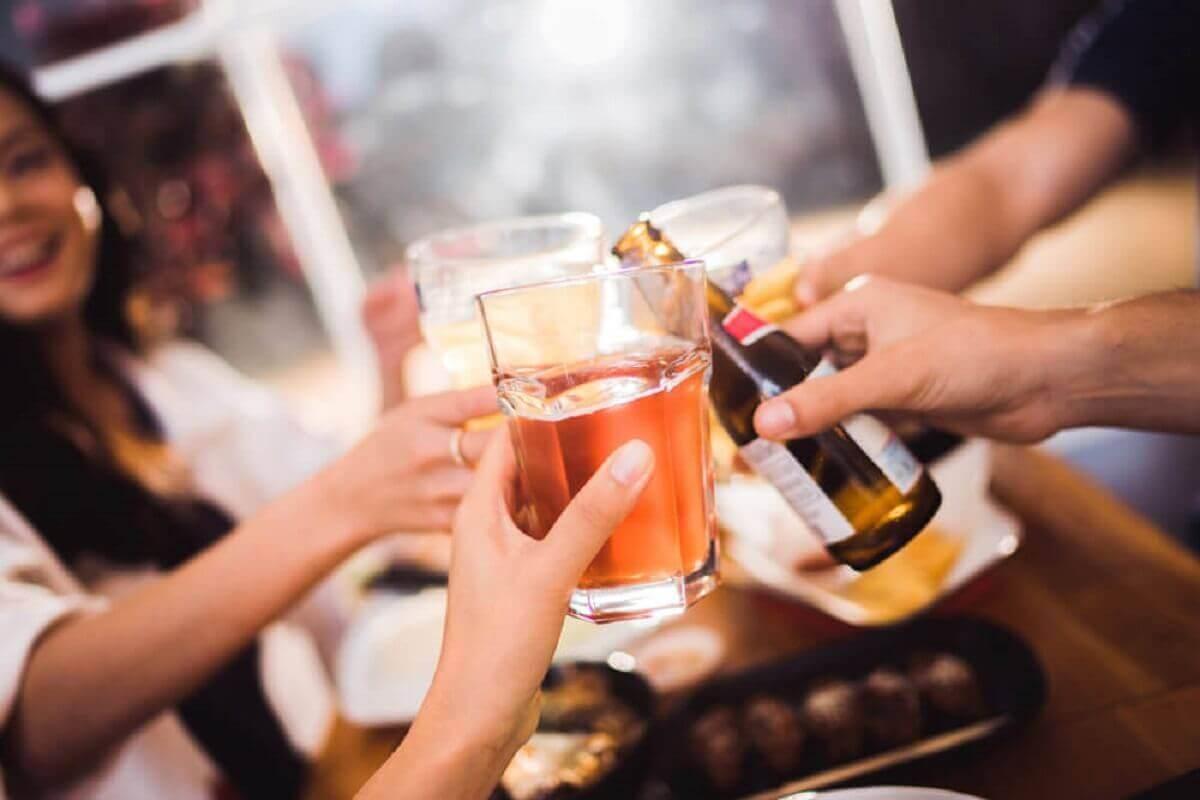 Vrienden drinken alcohol