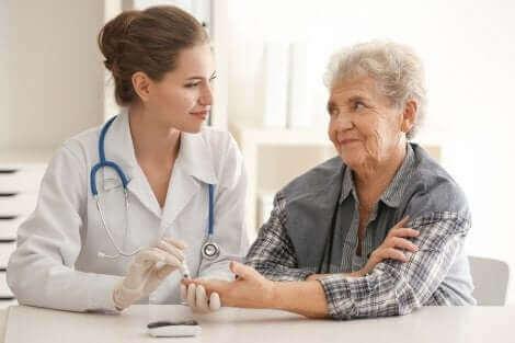 Arts voert bloedonderzoek uit