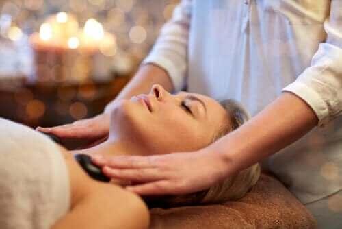 Wat is een hot stone massage en wat zijn de voordelen?