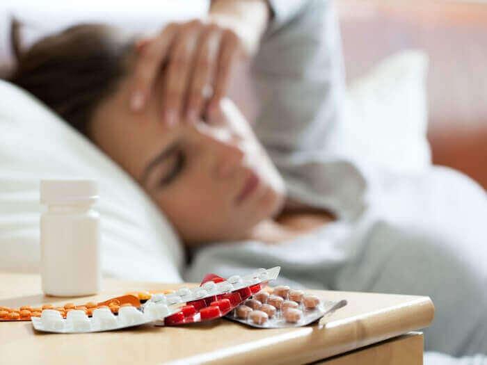 Nachtkastje met stapel pillen