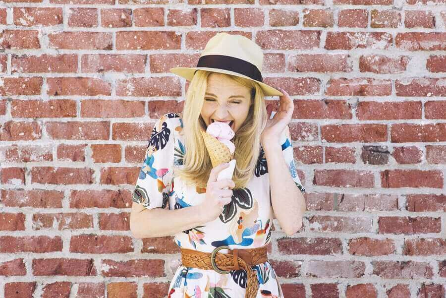 Vrouw eet ijs