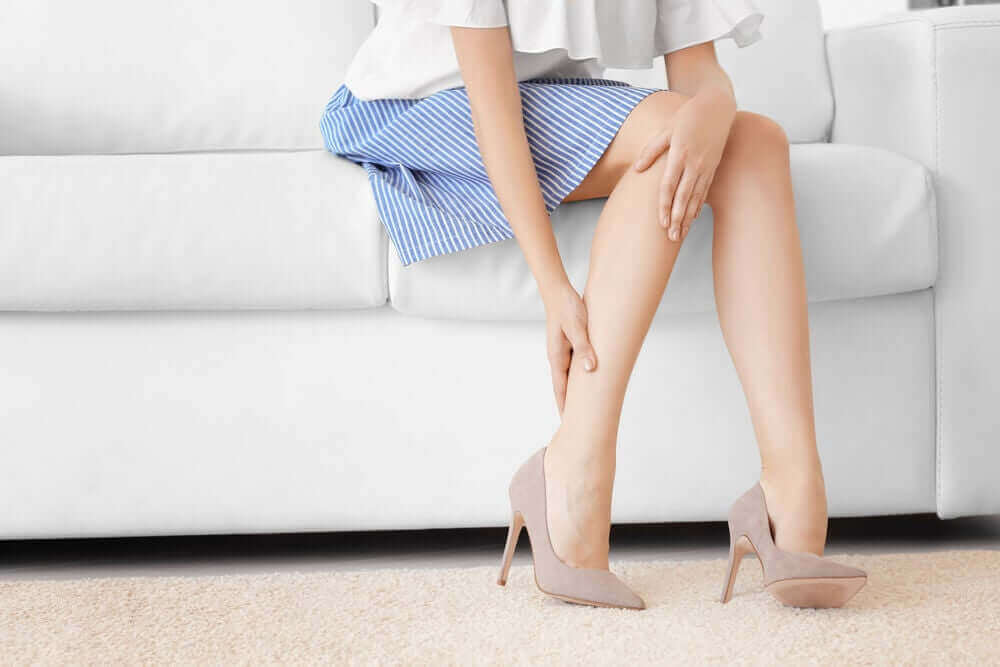 Vrouw met pijnlijke benen