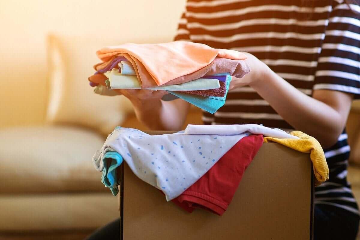 Vrouw gaat kleding doneren
