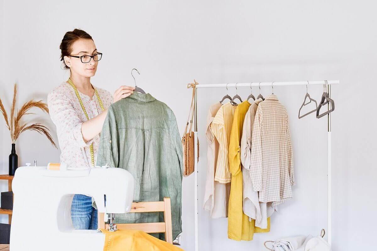 Vrouw recycled kleding
