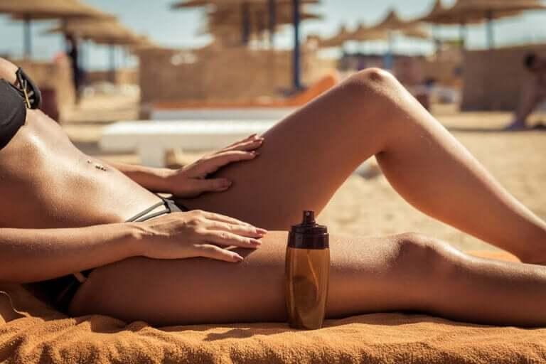 Vrouw ligt op het strand