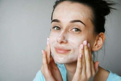 Vrouw gebruikt crème met peptiden