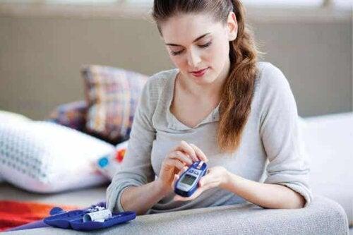Een vrouw controleert haar bloedsuikerspiegel