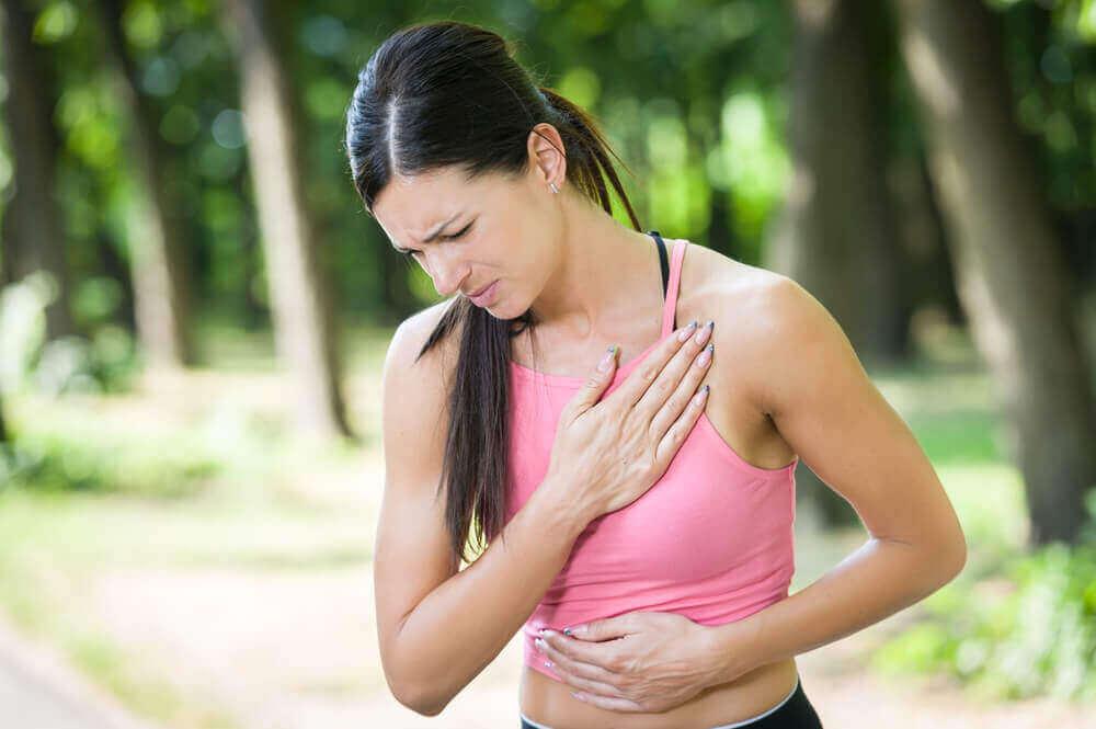 Het hebben van pijn op de borst kan een symptoom zijn