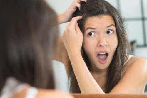 4 redenen waarom je grijze haren krijgen kunt als je jong bent
