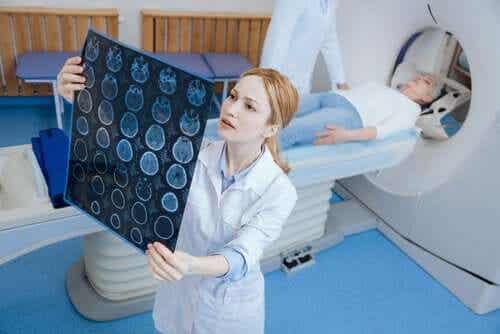 Vrouw ligt in een scan-apparaat