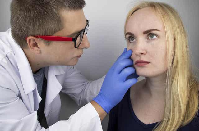 Vrouw krijgt oogonderzoek