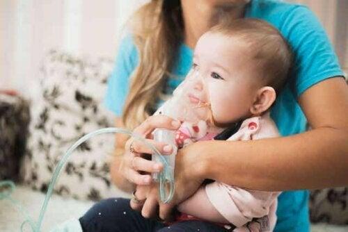 Een baby die een zuurstofmasker draagt