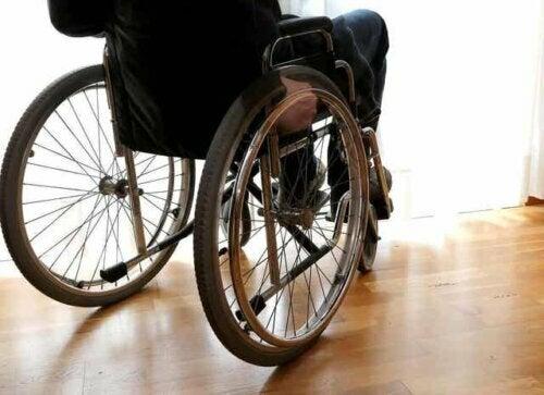 Een patiënt in een rolstoel