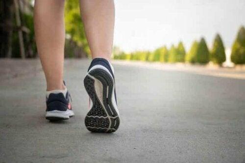 Een sporter die loopt