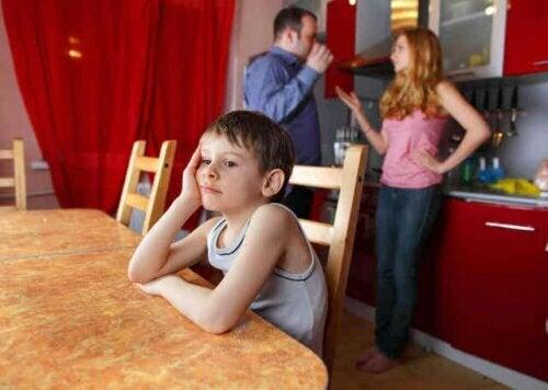 Een verdrietig kind omdat zijn ouders ruzie hebben
