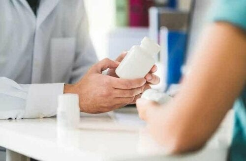 Een vrouw in de menopauzeperiode bij de dokter