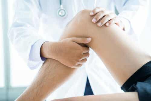Behandeling van een knie bij de fysio