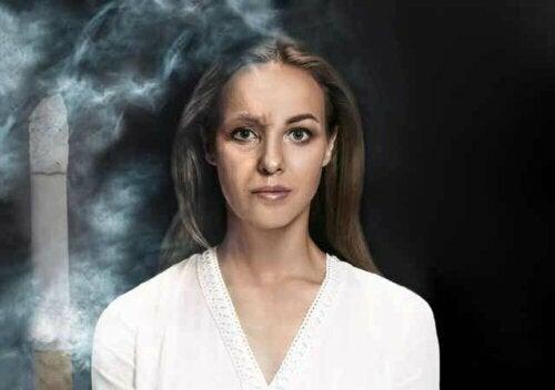 Kunstmatige veroudering op de helft van het gezicht van een jonge vrouw