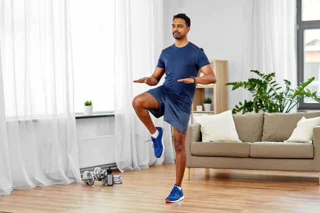 Man traint in zijn woonkamer
