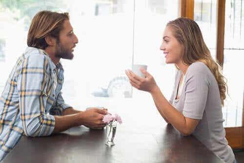 Man en vrouw aan het flirten
