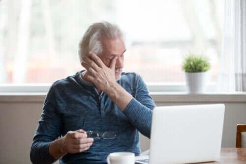 Symptomen van droge ogen door schermgebruik voorkomen