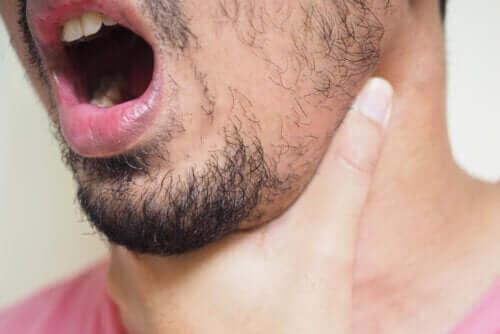 Een visgraat uit je keel verwijderen
