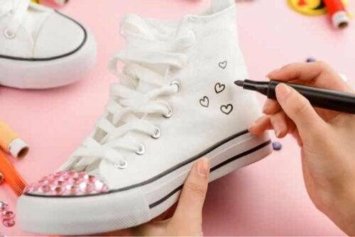 Meisje die haar sneakers aanpast