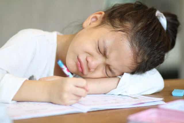 Meisje heeft moeite met schrijven