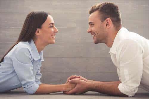 Stel kijkt elkaar verliefd aan