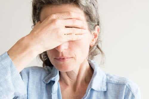 Vrouw heeft last van haar ogen