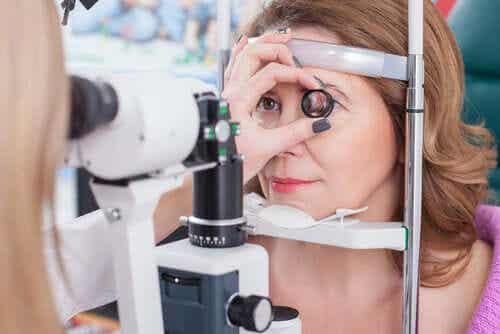 Een vrouw die een oogtest ondergaat