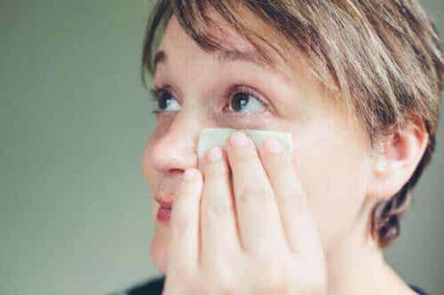 Vrouw koelt haar gezicht