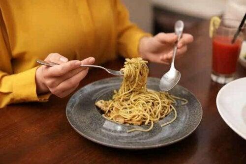 Vrouw die pasta eet
