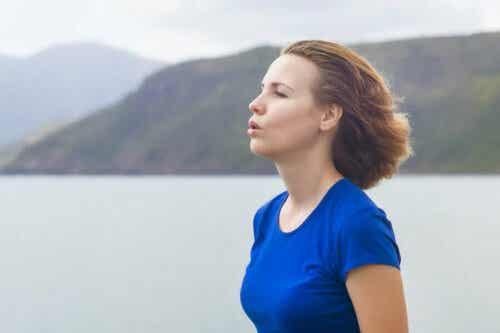 Vrouw is rustig aan het ademen