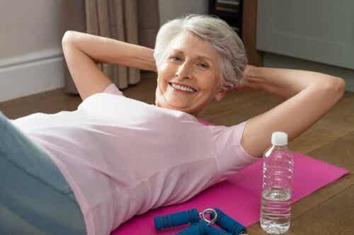 Oudere vrouw doet aan lichaamsbeweging